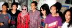 Calon Gubernur DKI Jakarta Joko Widodo alias Jokowi (tengah) berpose dengan manajer grup musik Slank Bunda Iffet (3kiri) dan para personel Slank dari kanan Kaka, Ridho, Abdee, Bimbim, dan Ivan seusai pertemuan di markas Slank di Jalan Potlot III No.14 Dure